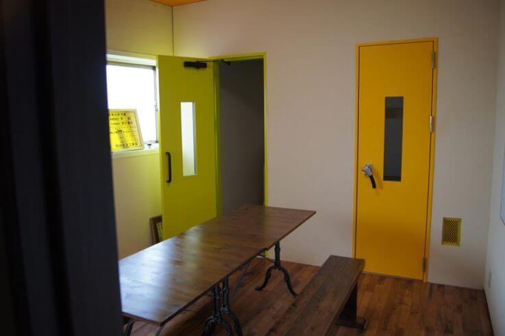 (左)防音ドア「Guardian2」 窓付き 塗装仕上 / (右)防音ドア「Guardian Dr40」窓付き 塗装仕上