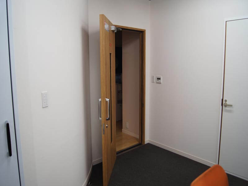 ドアクローザー標準装備で任意の位置で扉ストップできます。