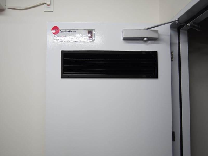 消音換気口となっており、吸気排気の通り道としてドアを利用できます。