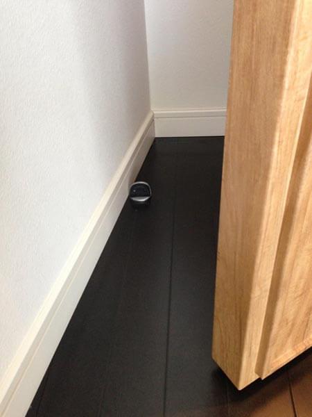壁に衝突しないよう戸当りを設置。重量扉用戸当りです。