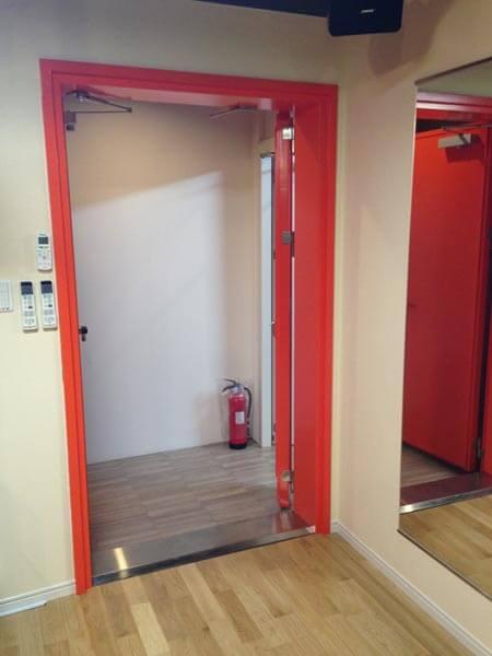 大型機材搬入時に、子扉も開け開口寸法を大きくできます。