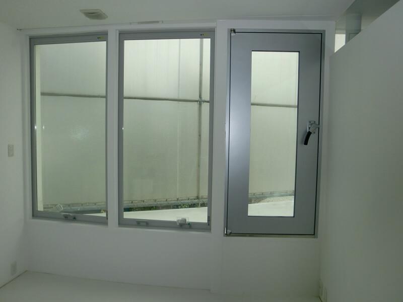 大型窓サイズ設置例、ピボットヒンジも合わせてスッキリした印象