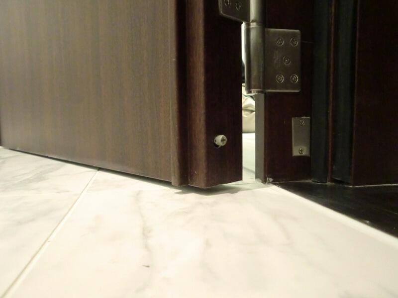 扉が閉まると、ボッチが押されパッキンが降りてきて隙間を塞ぎます。